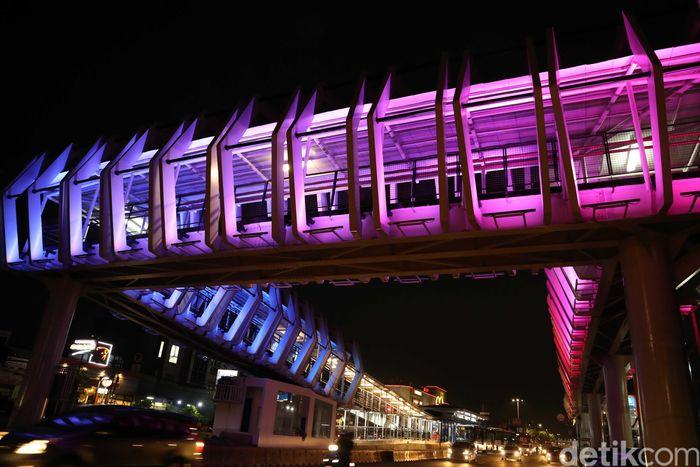 Jembatan tersebut tampak cantik dengan warna-warni yang terpancar di malam hari.
