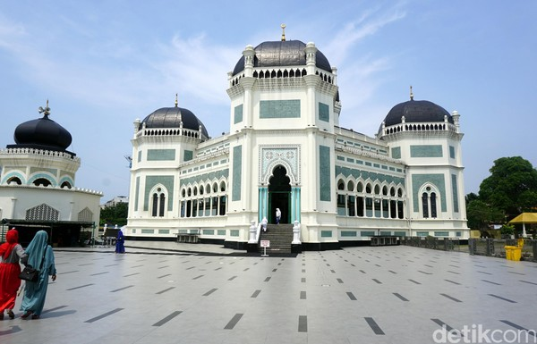 Masjid Raya Medan adalah warisan dari Sultan Deli. Masjid ini terletak di pusat Kota Medan atau tepatnya di Jl Sisingamangaraja. Masjid ini didirikan tahun 1906 dan memiliki usia ratusan tahun lebih. (Foto: Wahyu Setyo Widodo/detikcom)