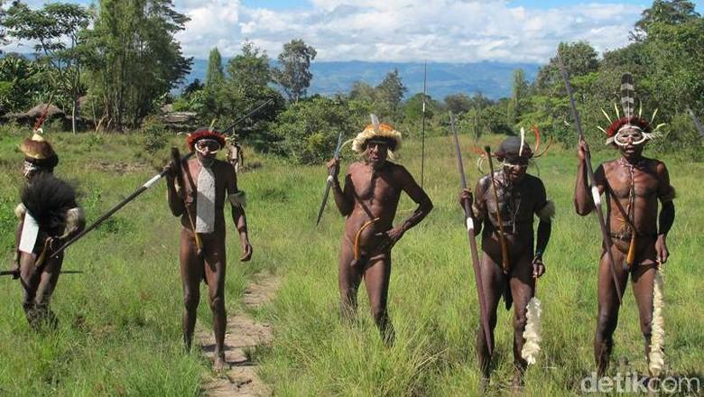 Suku Dani yang masih menggenakan koteka di Wamena (Afif Farhan/detikTravel)