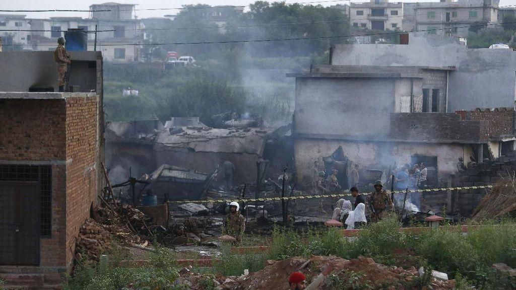 Pesawat Militer Pakistan Jatuh, 17 Orang Tewas