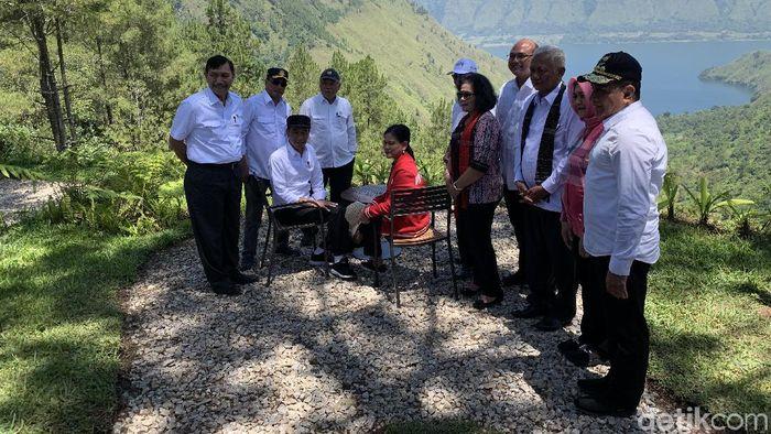Presiden Jokowi dan Ibu Negara di kawasan Danau Toba/Foto: Jokowi dan Iriana (Ray Jordan/detikcom)