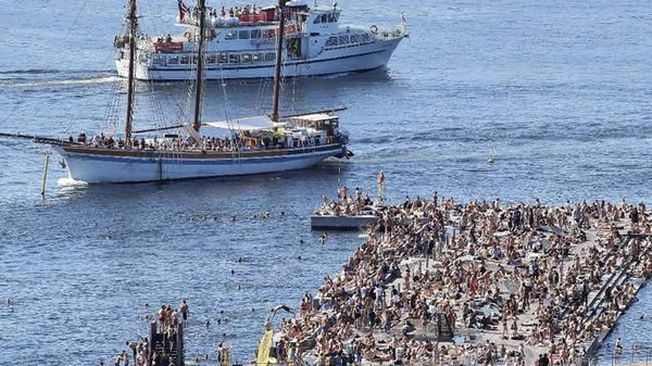 Tak jauh dari air, penduduk Oslo di Norwegia berbondong-bondong untuk datang ke Pelabuhan Sorenga. Mereka mencairkan suasana panas ekstrem dengan berenang. (Erik Johansen/REUTERS)