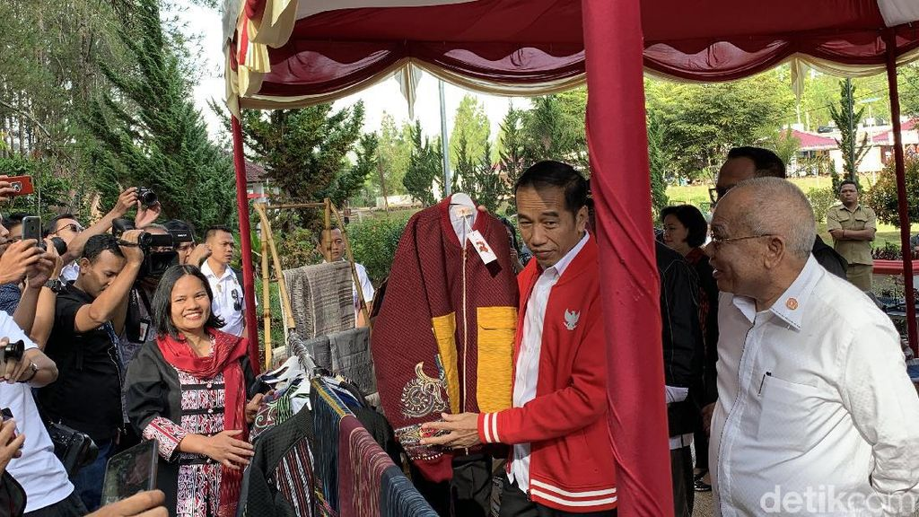 Makna di Balik Ulos Sibolang Rasta yang Dibeli Jokowi Untuk Menteri Basuki