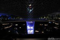 Pertunjukan cahaya di HSBC Rain Vortex, Jewel Changi (Randy/detikcom)