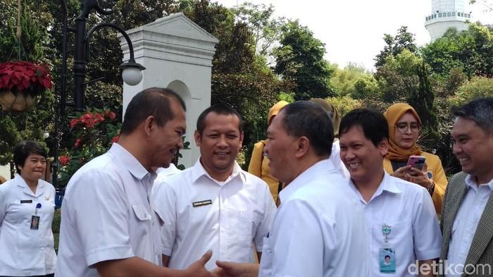 Pjs Direktur Utama PD Pasar Bermartabat Bandung Andri Salman (kiri) bersalaman dengan Wali Kota Bandung Oded M Danial. (Foto: Mochamad Solehudin/detikcom)