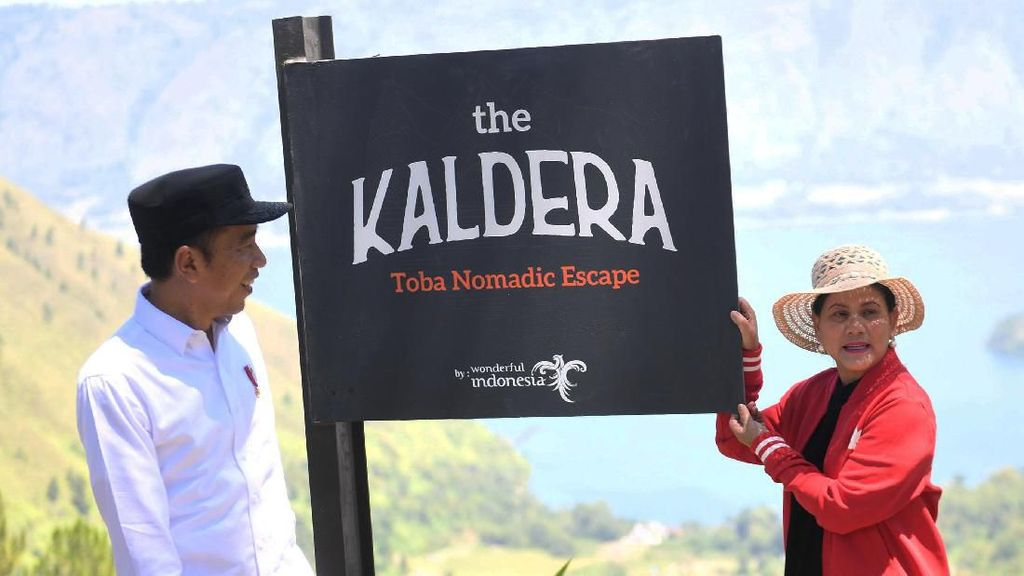 Gaya Jokowi-Iriana Saat Tinjau Lokasi Wisata di Sumatera Utara
