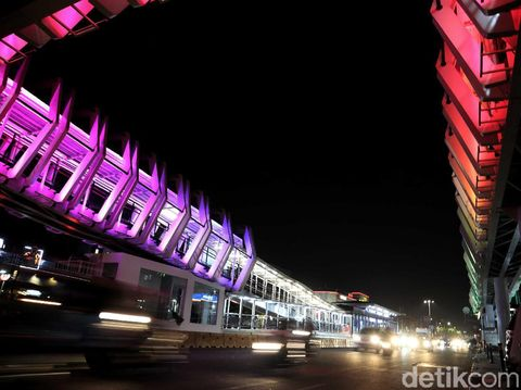 Skybridge penghubung Stasiun LRT Velodrome dengan Halte TransJakarta Pemuda, Rawamangun, terlihat indah di malam hari. Yuk kita lihat.