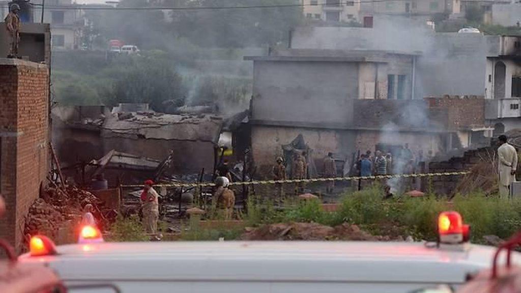 Pesawat Militer Pakistan Jatuh ke Permukiman, 17 Orang Tewas