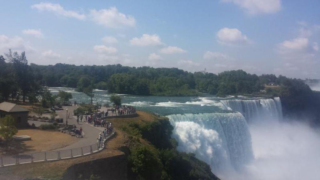 Seabad Lewat, Kapal Nyangkut di Air Terjun Niagara Akhirnya Geser