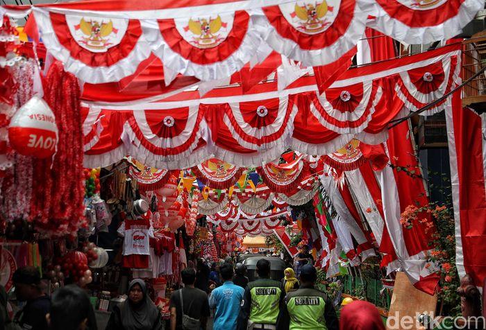 Pedagang menggelar dagangannya berupa bendera dan umbul merah putih di kawasan Pasar Mester Jatinegara, Jakarta, Selasa (30/7/2019).