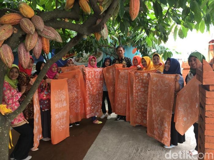 Batik Mojopahit dengan pewarna dari cokelat (Foto: Enggran Eko Budianto)