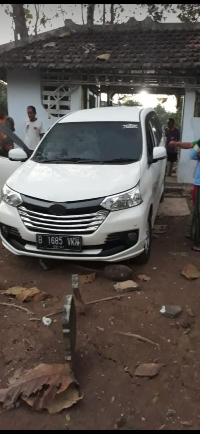 Mobil yang nyelonong masuk makam (Foto: Istimewa)