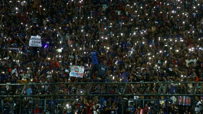 Aremania di tribun stadion/Foto: ANTARA FOTO/Ari Bowo Sucipto