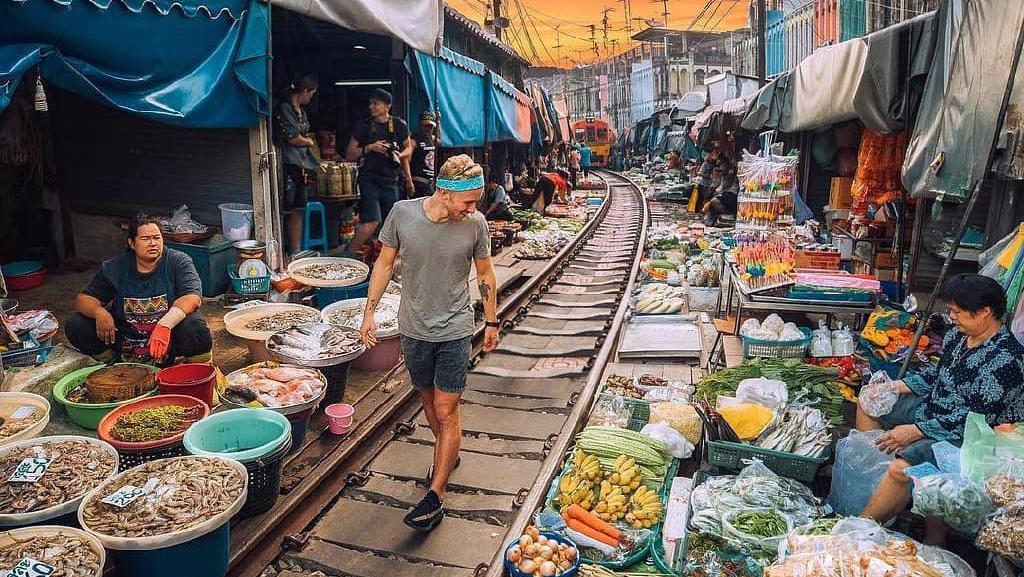 Dilintasi Kereta Api, Pasar Tradisional Mae Klong Jadi Destinasi Wisata Unik