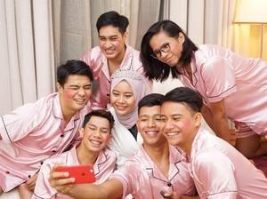 Kocak! Saat Pria Pakai Piyama Pink Jadi Bridesmaid untuk Pengantin Wanita