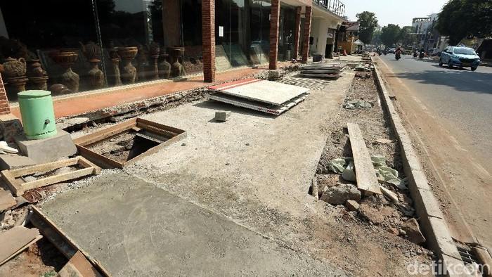 Pemerintah DKI Jakarta melakukan revitalisasi trotoar di sepanjang Jalan Kemang, Rabu (31/7/2019). Penataan trotoar itu ditargetkan rmpung pada akhir 2019.