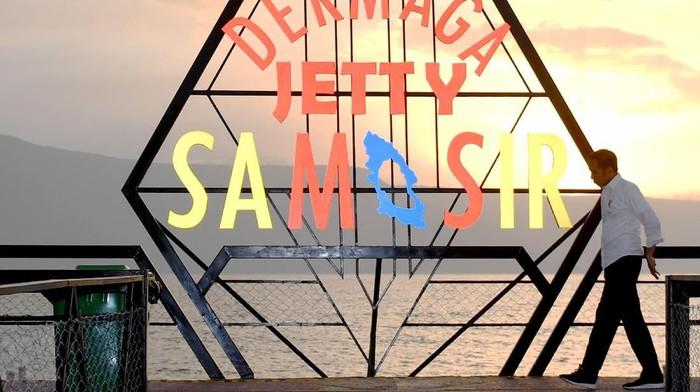 Presiden Joko Widodo mengunjungi Dermaga Jety Samosir di kawasan Pantai Pasir Putih, Samosir, Sumut, Selasa (30/7/2019). Kedatangan Presiden itu untuk meninjau pengembangan wisata di kawasan Danau Toba yang akan dijadikan destinasi wisata berkelas dunia.