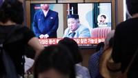 Terakhir kali, Korut meluncurkan rudal pada 25 Juli lalu. Saat itu, ada dua rudal balistik jarak pendek jenis baru yang diluncurkan ke Laut Timur. Peluncuran rudal Korut itu menjadi yang pertama sejak pemimpin Korut Kim Jong-Un dan Presiden AS Donald Trump bertemu di Zona Demiliterisasi (DMZ) yang memisahkan kedua Korea pada 30 Juni lalu. Dalam pertemuan mendadak di DMZ, keduanya sepakat membangkitkan kembali perundingan nuklir yang buntu. Foto: AP Photo/Ahn Young-joon