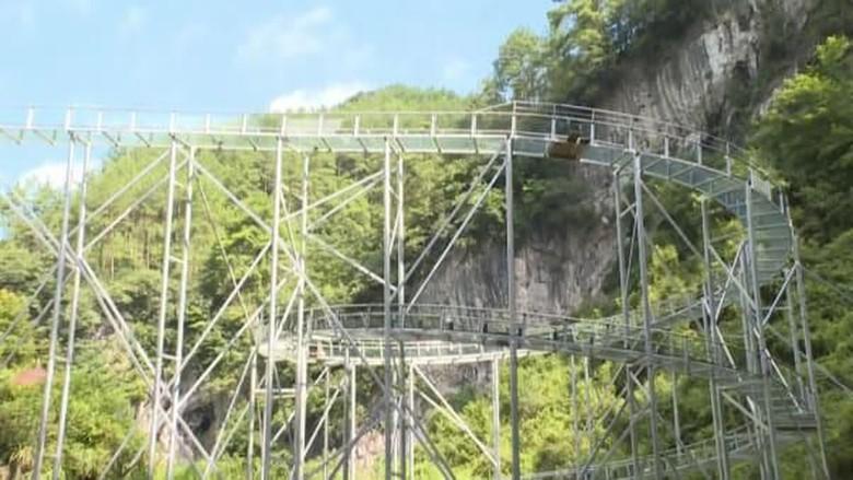 Jembatan kaca spiral terpanjang sedunia di China (CCTV/CNN)