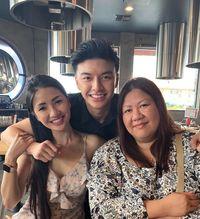 Jonathan Nguyen bersama ibu dan bibinya