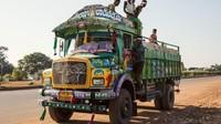 Hiasan maupun gambar yang menghiasi badan truk tersebut bagaikan kaleidoskop penuh warna kerap dipandang sebagai simbol kebanggaan di setiap jalur yang dilewati truk-truk tersebut. Istimewa/Dan Eckstein via CNN.