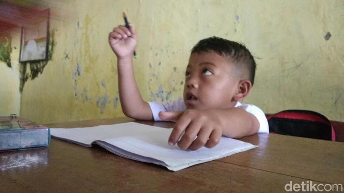 Kini bocah lelaki bernama Jodi (7) terdaftar sebagai peserta didik baru di SD Negeri Margabakti Kuningan. (Foto: Sudirman Wamad/detikcom)