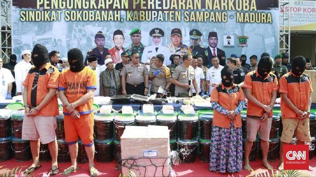 Polda Jatim mengamankan 50 Kg sabu dan 99 butir ekstasi dari jaringan mafia narkoba asal Madura.