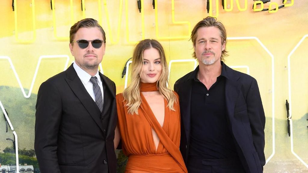 Foto: Margot Robbie Anggun Diapit Brad Pitt dan Leonardo DiCaprio
