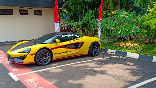 Total ada 5 mobil mewah yang diparkir di Polda Metro Jaya
