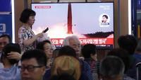 Rudal-rudal jarak pendek itu terdeteksi diluncurkan dari area Wonsan-Kalma, pada Rabu (31/7) sekitar pukul 05.00 waktu setempat dan pukul 05.27 waktu setempat. Disebutkan para pejabat Korsel bahwa rudal-rudal Korut itu mengudara sejauh 250 kilometer dan melesat hingga ketinggian 30 kilometer. Foto: AP Photo/Ahn Young-joon