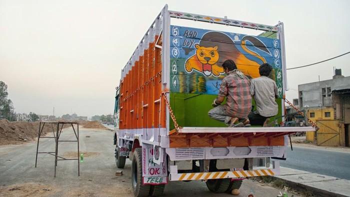 Warna-warni hiasan di belakang truk tak hanya dapat ditemui di Indonesia. Di India, beragam gambar dan warna yang hiasi bagian belakang truk punya makna sendiri