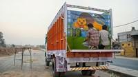Objek yang digambarkan di pantat mobil truk itu pun beraneka ragam, mulai dari aneka hewan, bendera, sosok perempuan, bangunan ikonik seperti Taj Mahal, hingga beragam tulisan menarik lainnya. Istimewa/Shantanu Suman via CNN.