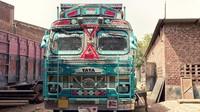Dengan beragam warna-warni hiasan dan gambar yang ada di bagian mobil truk di India itu membuat mobil raksasa tersebut jadi salah satu hal menarik yang banyak dicari oleh para pengunjung yang datang ke India. Istimewa/Shantanu Suman via CNN.