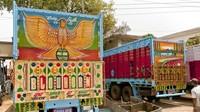 Tak jauh berbeda dengan di Indonesia, bagian belakang truk yang luas bagaikan sebuah kanvas yang dimanfaatkan oleh para sopir maupun pelukis truk untuk menghias bagian belakang mobil tersebut. Istimewa/Shantanu Suman via CNN.