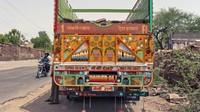 Tubuh truk yang besar kerap dimanfaatkan para pelukis untuk menuangkan kreativitas mereka. Istimewa/Shantanu Suman via CNN.
