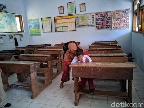 Fatan digendong ibunya saat berangkat dan pulang sekolah/