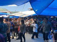 Tinjau Pasar Onan Baru Samosir, Iriana Beli Teri-Jokowi Dikerumuni Warga