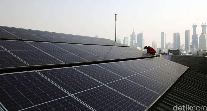 Menteri Energi dan Sumber Daya Mineral (ESDM) mendorong masyarakat dan badan usaha untuk memanfaatkan atap bangunan atau gedung dengan memasang Pembangkit Listrik Tenaga Surya (PLTS).