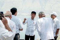 Presiden Jokowi dan jajarannya di Danau Toba (dok Kementerian Pariwisata)