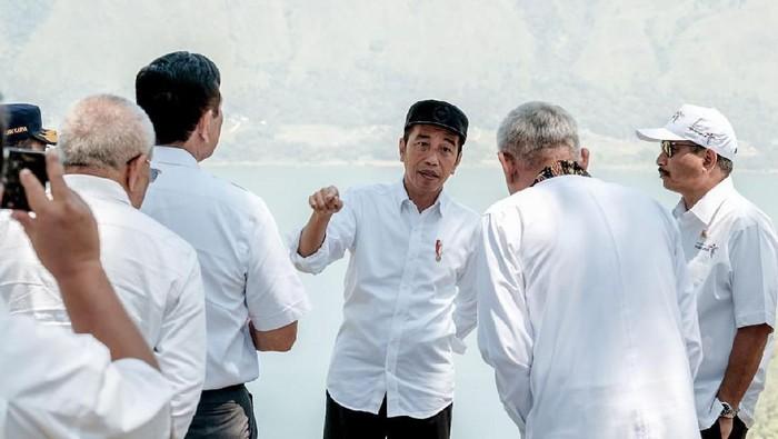 Presiden Jokowi dan jaajrannya di Danau Toba