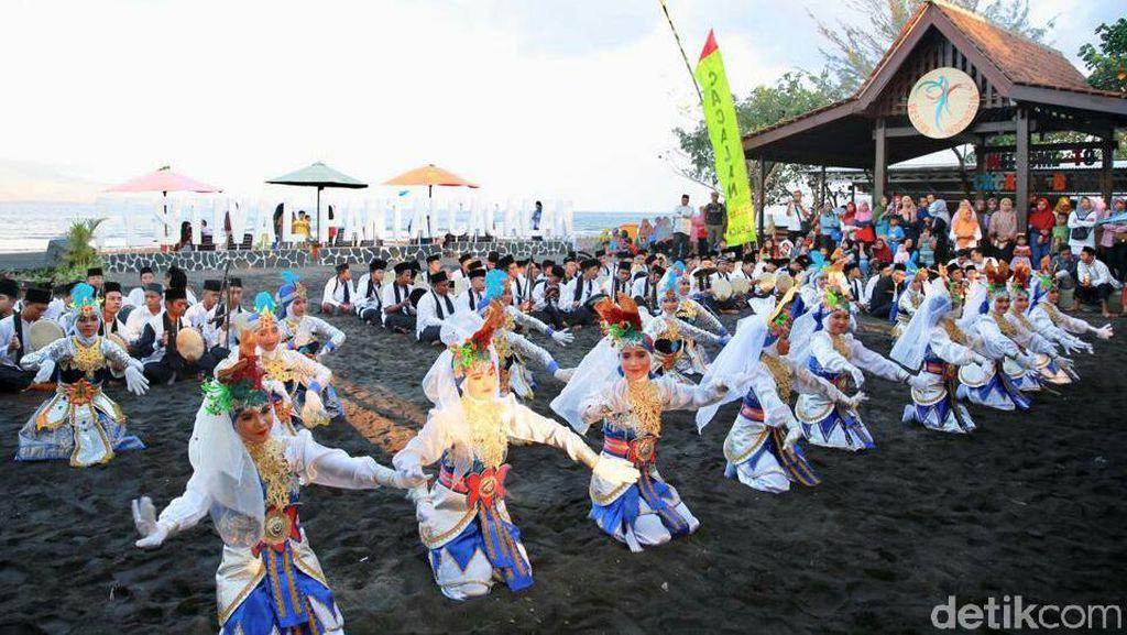 Foto: Meriahnya Festival Pantai Cacalan di Banyuwangi