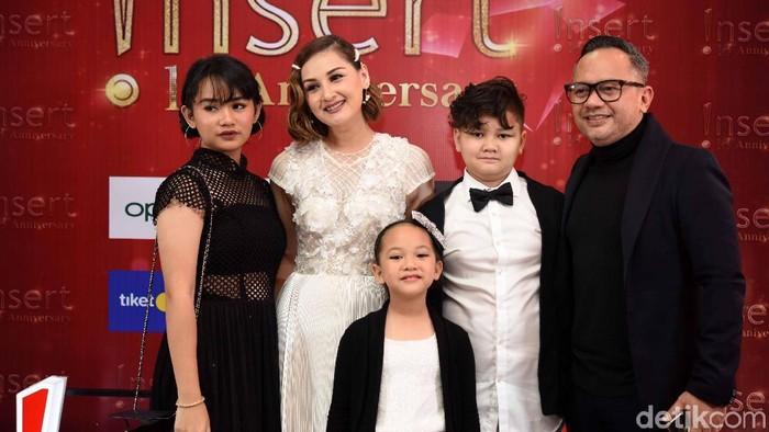 Mona Ratuliu dan keluarga saat menghadiri Insert Awards.