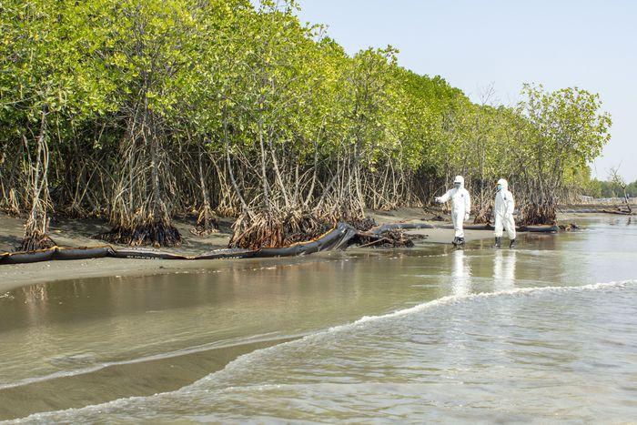 Petugas menyelesaikan pemasangan peralatan Oil Boom milik Oil Spill Response Center (OSCT) untuk melokalisir tumpahan minyak mentah di Pantai Sedari, Cibuaya, Karawang, Jawa Barat, Kamis (1/8/2019).