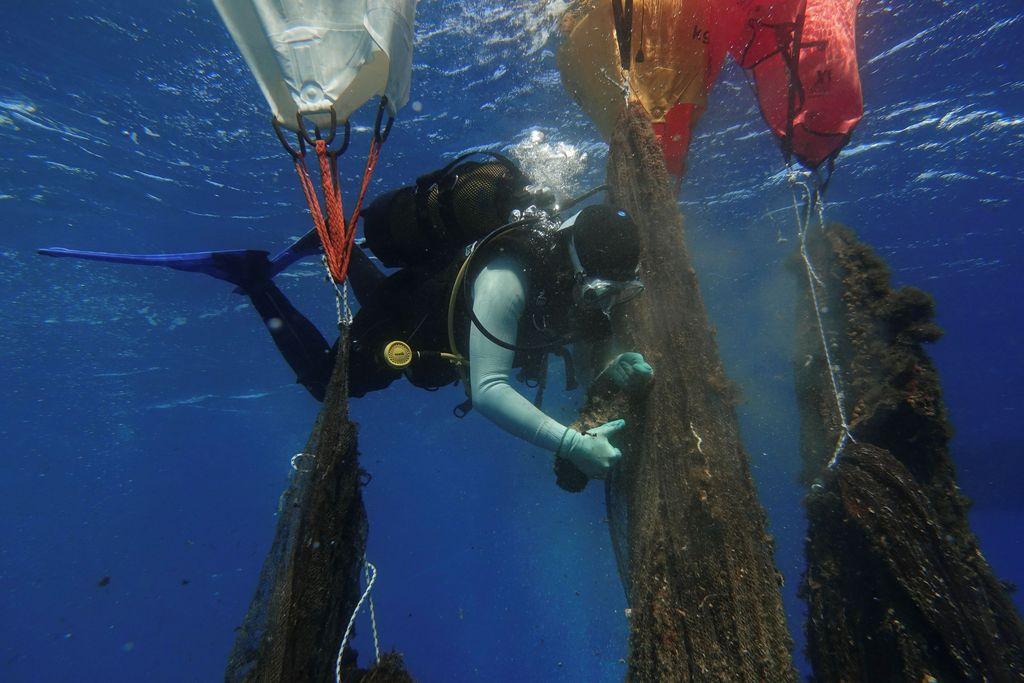 Persoalan tentang sampah jadi isu global yang terus diupayakan untuk dicari solusinya. Ekosistem di dasar laut pun tak lepas dari ancaman sampah plastik.