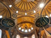 Hagia Sophia terkenal memiliki interior yang indah. Ada hiasan kaligrafi Allah yang berdampingan dengan lukisan Bunda Maria. Selain itu ada pula lukisan Yesus yang bersebelahan tepat dengan kaligrafi Al Quran. Melalui interior ini, dapat terlihat perpaduan unik dari dua agama. (Foto: ENi Rohmawati/dTraveler)