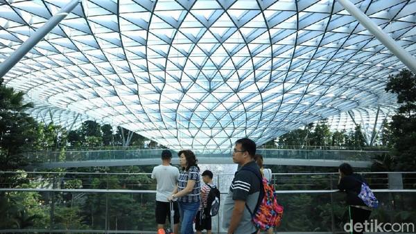 Seperti dari tahun ke tahun, peringkat 1 bandara terbaik di dunia masih diduduki oleh Bandara Changi di Singapura. Melihat kecanggihan Jewel dan fasilitas di Bandara Changi, memang tidak mengherankan kalau bandara ini masih jadi yang terbaik di dunia(Johanes Randy/detikcom)