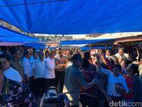 Blusukan Ke Pasar Onan Baru Panguruan, Jokowi dan Iriana Borong Ikan Asin