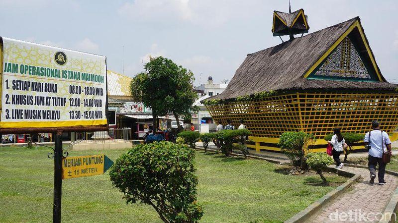Di sebelah kanan halaman Istana Maimun, ada bangunan berbentuk rumah adat Karo. Di situlah Meriam Puntung berada. Traveler bisa berkunjung untuk melihat meriam ini. (Wahyu Setyo/detikcom)