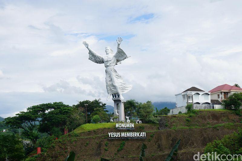 Patung Yesus Memberkati tak hanya ada di Rio de Janeiro saja. Di Kota Manado juga ada patung serupa, namun ukurannya berbeda. (Syanti/detikcom)