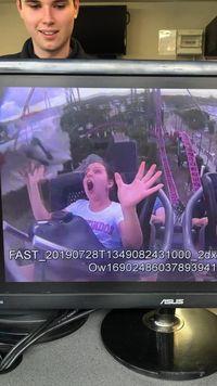 Kasihan Anak Ini, Lagi Naik Roller Coaster Nabrak Burung